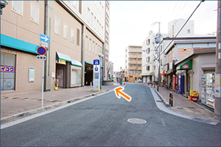 6、左の駐車場入り口