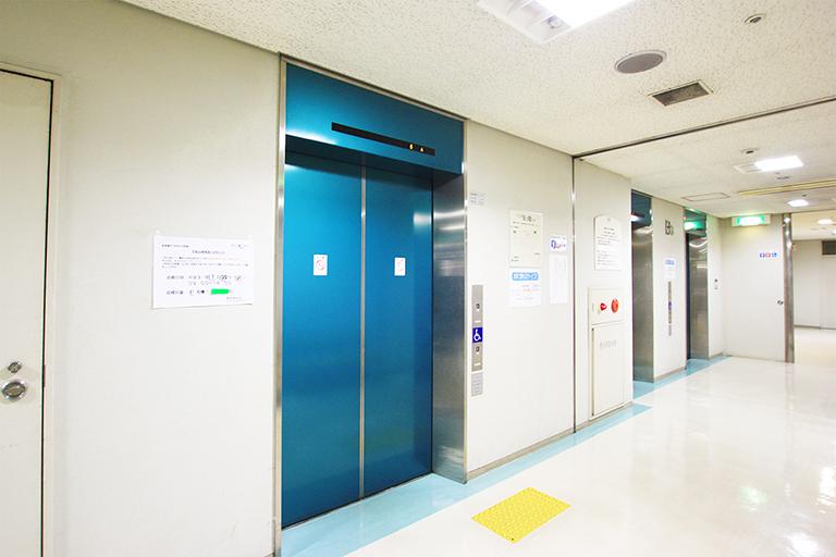 ①エレベータホールへ
